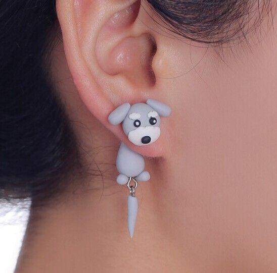 Lille grå hund i ørering, 49 kr. Se vores mange sjove øreringe af plexiglas, eller smykkeler. http://uglenimosen.dk/produkter/71-sjove-oereringe/