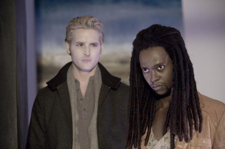 Still of Peter Facinelli and Edi Gathegi in Twilight (2008) http://www.movpins.com/dHQxMDk5MjEy/twilight-(2008)/still-856787968
