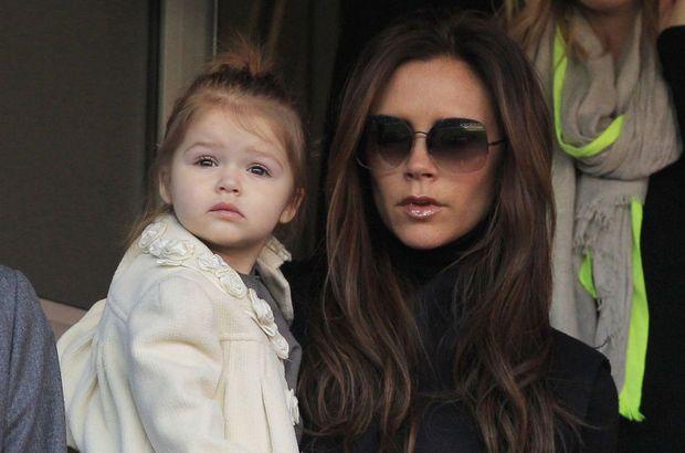 Victoria Beckham veilt outfits dochtertje voor het goede doel