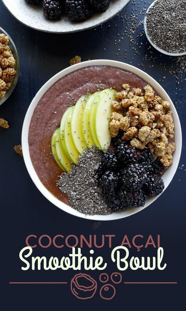 Pour faire le smoothie, mélanger l'açai, la banane, l'eau de noix de coco, les graines de chia et le sirop d'agave.  Les garnitures sont des mûres séchés, des mûres, des pommes et une goutte d'agave. Vous pouvez trouver des paquets à une seule portion d'açai à 100% dans l'allée du congélateur.  Si vous ne le trouvez pas, il suffit de remplacer environ 1/2 tasse de baies mélangées congelées.  Obtenez la recette en bas de la publication.