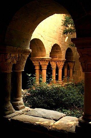 Kreuzgang des Klosters Sant Benet del Bages, roman…