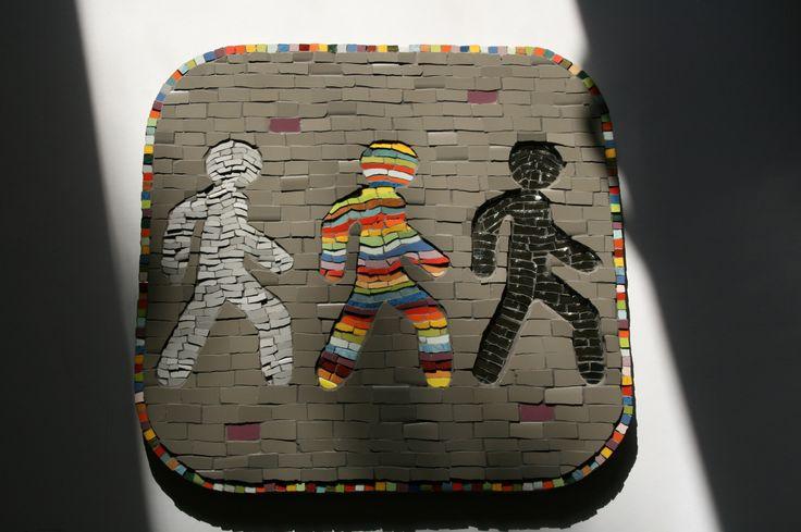 """Мозаика """"Эволюция"""". Материал: керамическая плитка, зеркало. Форма у всех одинакова, наполненность разная. Серый фон - это жизнь, в человеческом восприятии. Разноцветный контур намекает на то, что восприятие можно изменить, добавить красок. Каждый человечек символизирует уровень сознания: серый человек - это обычный уровень сознания дом, работа, телевизор ... добавьте сами. Разноцветный человек - это человек полный идей, вдохновения, радости и энергии, которому интересно Автор Стас Гречко."""