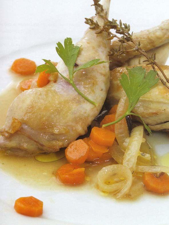 Pollo en escabecheIngredientes:  750 gr de peitugas de polo enteiras, ¼ litro de aceite de oiliva, ¼ litro de vinagre de viño branco (ou de sidra), ¼ litro de caldo de polo, 3 cebolas peladas e partidas pola metade, 4 cenorias enteiras ( non moi grandes), 6 clavos, dous en cada metade das cebolas, 1 cabeza de allo enteira, 1 póla de tomiño ( ou un pouco de tomiño en po), 1 folla de loureiro, 1 culler sopeira de pementa negra en gran.