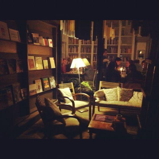 Il ristorante bio e libreria Brac rappresenta un riferimento del tutto particolare nel panorama fiorentino: una libreria di arte contemporanea, caffè e cucina situata nel centro di Firenze, a due passi da piazza Santa Croce, da Palazzo Vecchio e dalla Galleria degli Uffizi. Che dire, un bel biglietto di presentazione!