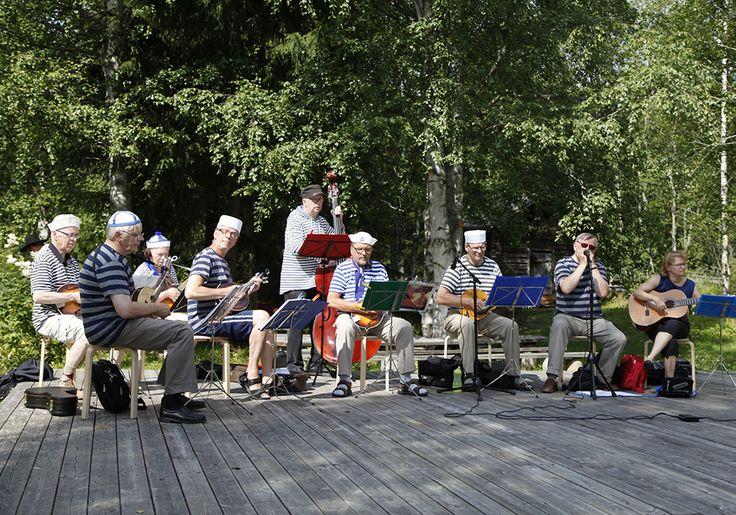 Viikonlopun aikana voi nauttia mukaansatempaavasta kansanmusiikista. Oulu (Finland)