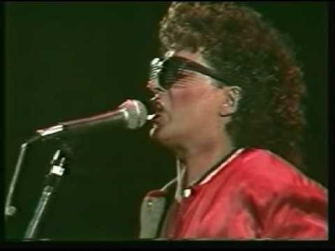 """Los Abuelos de la Nada - Lunes por la madrugada, sencillo del año 1984 que forma parte del álbum """"Himno de mi Corazón"""", escrita por el bajista Cachorro López, e interpretada por el líder Miguel Abuelo en voz líder. Este fue el sencillo más destacado de aquella placa, considerada como un verdadero clásico del Rock Argentino."""