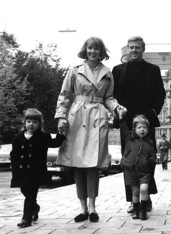 1965. Robert Redford a passeggio con la prima moglie Lola Van Wagenen e i figli maggiori Shauna, che oggi ha 52 anni, e James, detto Jaime, 50.