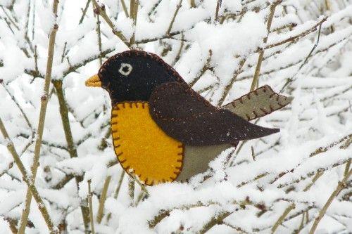 Felt robin ornament. More free patterns at http://www.downeastthunderfarm.com/bird-patterns/