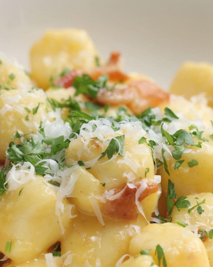 4人分材料:A.茹でたじゃがいも500gA.もち粉 150gA.卵 2個A.塩 少々B.卵 2個B.パルメザンチーズ3/4カップB.コショウ少々オリーブオイル 大さじ1にんにく 2片ベーコン4枚パルメザンチーズ 適量パセリ…
