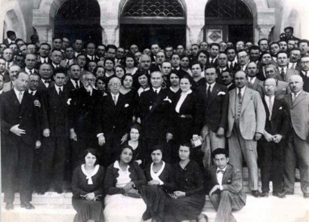Gazi Mustafa Kemal Atatürk'ün harf ve tarih çalışmaları için İstanbul Üniversitesini ziyaretinde öğrencilerle çekilmiş fotoğrafı