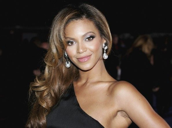 Beyonce's glamorous and playful look with these large #pearl earrings