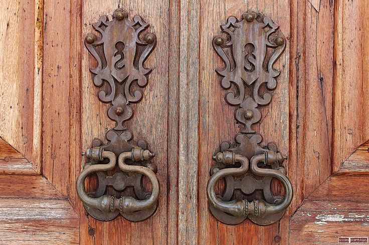 Detail of old door in Coimbra-Portugal. Inserted at the UNIVERSITY OF COIMBRA that was classified by UNESCO as patrimony of the humanity.   (Photo © Doors Portugal)