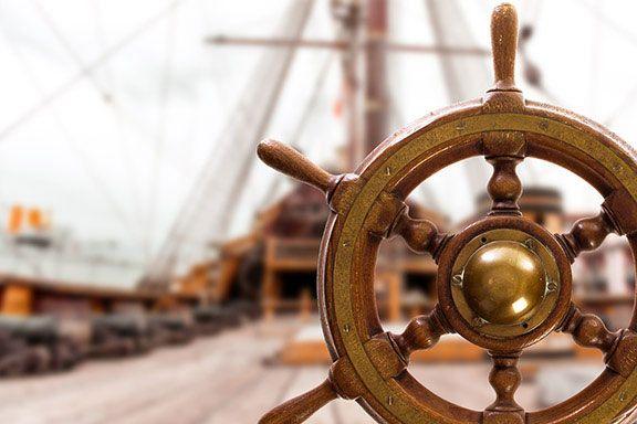 Antiguo timón fabricado en madera de teka de Birmania y bronce procedente de un velero inglés. Diametro: 60cm.  #vintage #antiques #antigüedades #decoración #retro #pirate #pirata