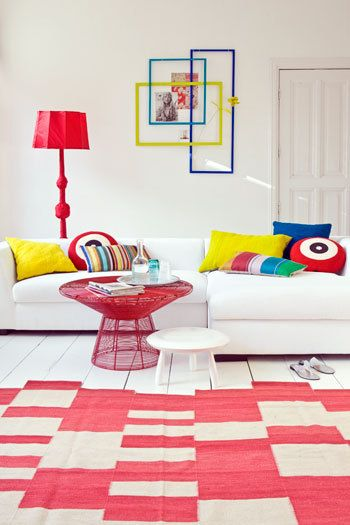 I love bright accessories, especially red ones. And when they are contrasted against a bright white room, they can look fantastic.