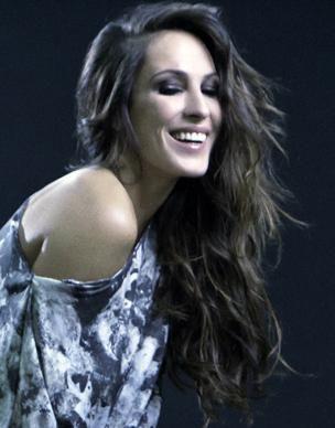 Cómo peinarme como Malú. Malú, hija de artistas, es una de las cantantes españolas más populares del momento. Además de tener un estilo muy definido, Malú destaca por lucir una hermosa melena cada vez que la vemos actuar en p...