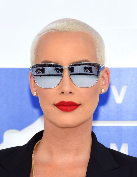Amber Rose Buzzcut - Amber Rose stuck to her signature platinum-blonde buzzcut when she attended the MTV VMAs.