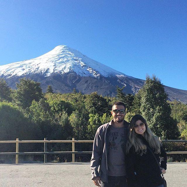 esse é o vulcão Osorno, o cartão postal de Puerto Varas. Fizemos a parada nesse mirante após subirmos nesse vulcão... uma experiência única. O passeio também passa pelos Salto del Petrohué e o Lago de Todos os Santos.. 🗻 (Chile, 2015) #vivapelomundo