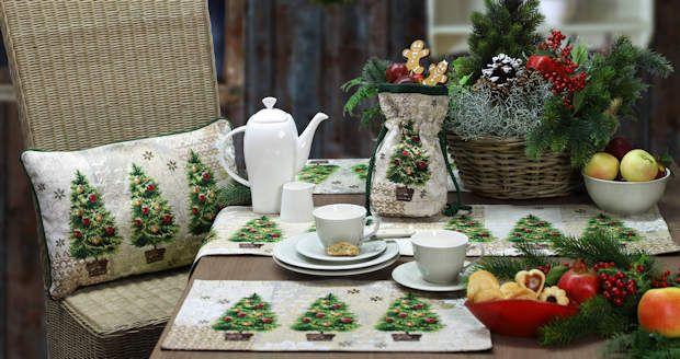 Tischwäsche für Weihnachten von sander ... Was ist das beliebteste Symbol der Weihnacht? Der Tannenbaum natürlich! Gleich drei prächtige Exemplare sind hier auf Gobelin verewigt. Im übrigen:  X-MAS TREES  lässt sich,  genau wie alle Gobelins von Sander,  natürlich einfach pflegen und leicht bügeln.