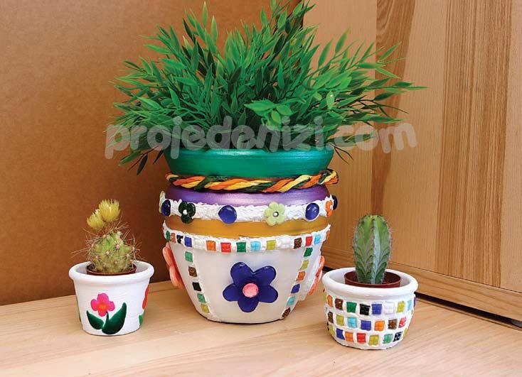 Neşeli Saksılar 1; Kiremit, sıkıcı saksıları rengarenk, pırıl pırıl neşeli saksılara dönüştürdüğümüz bu projemizden yola çıkarak siz de çeşit çeşit saksılar yaratarak, evinizdeki çiçeklerin yüzünü güldürebilirsiniz...
