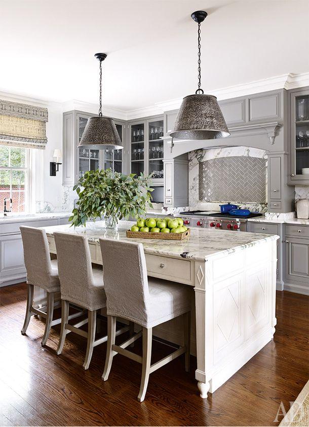Кухня. Стулья, Hickory Chair. Светильники, Edgar-Reeves. Кухонная техника, Wolf. Фасады кухни выкрашены краской,Benjamin Moore.