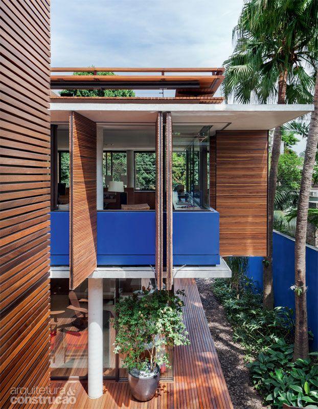 Casa em São Paulo, com muita madeira e vista para árvores - Arquiteto Mauro Munhoz