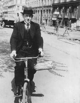 O Rabino Marcus Melchior, rabino chefe da comunidade judaica dinamarquêsa, alertou seus congregados sobre a intenção alemã de capturar os judeus locais. O próprio Melchior escondeu-se e, posteriormente, escapou para a Suécia. Copenhaguem, Dinamarca, foto tirada antes de 1943.