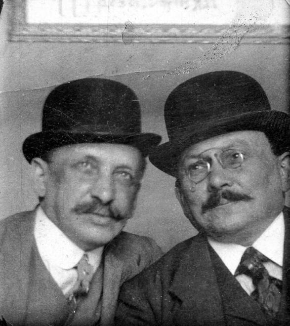 Kalapos férfiak - Forrás: fortepan.hu