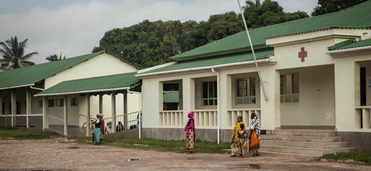 E' probabilmente una delle foto più rappresentative del nostro progetto Il Teatro Fa Bene. Alcune donne, alcuni uomini, una bambina, in attesa davanti all'ospedale di Palma, nel nord del Mozambico. Nei loro cuori paura e speranza. Il nostro progetto ha proprio l'obiettivo di avvicinare le popolazioni dei villaggi del distretto di Palma alle strutture sanitarie, soprattutto le donne in gravidanza, attraverso uno spettacolo teatrale recitato da attori mozambicani.