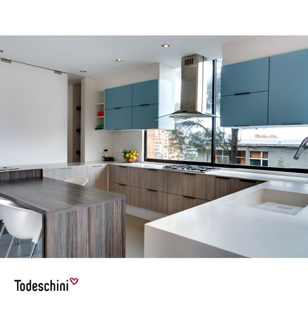 Diseños de cocinas modernas, funcionales, donde el tono turquesa resalta e inspira a los amantes de la gastronomía a crear nuevas recetas. #Diseñodeinteriores #Decoración #Todeschini #ambientes #mueblesamedida #arquitectura #cocinas