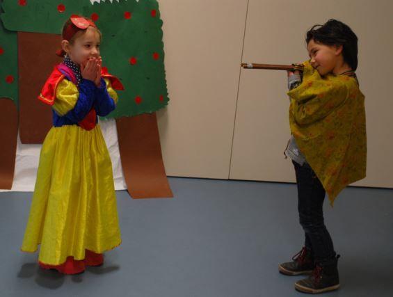 Workshop Sprookjesfilm: maak met je kleuters een eigen sprookjesfilm. De kinderen maken zo (voor het eerst) kennis met de camera.