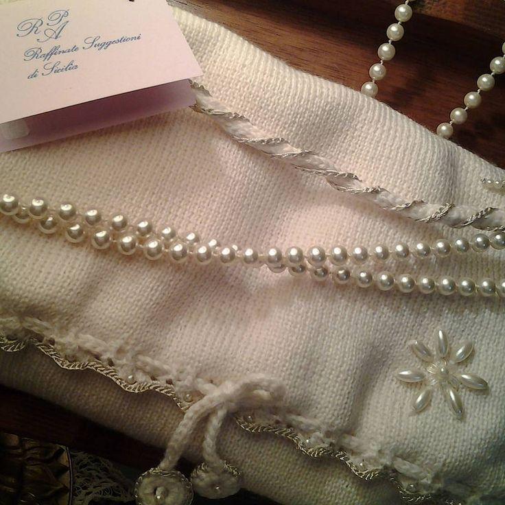 https://flic.kr/p/E7ddee | LE TRAME DI ROSSELLA ANTICHI INTRECCI PER CREAZIONI ESCLUSIVE LUXURY CLOTHES AND ACCESSORY HANDMADE .......details..... | Pochette in maglia di lana con rifiniture in lucido viscosa col. perla con applicazioni  cod. 521