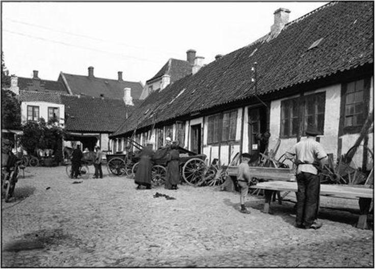 Adelgade 42 var også købmandsgård og husede siden en gartner og karetmagerværksted. I dag ligger butikscentret Hobro Bymidte på grunden