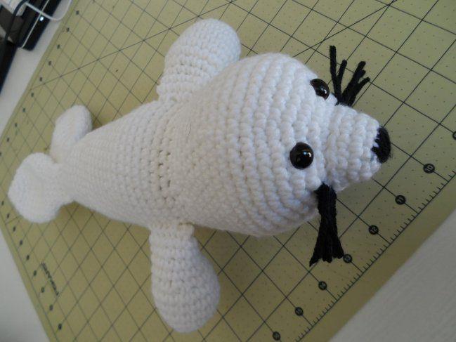 Tengo una manualidad estupenda para ti que te gusta hacer muñecos de ganchillo. Te mostraremos cómo hacer una foca en crochet, o bien podría ser el pokemón Seel. Para aprender a realizarlo simplemente debes seguir los pasos que te mostramos.Es un patrón muy sencillo de realizar, así que estoy segura de que podrá