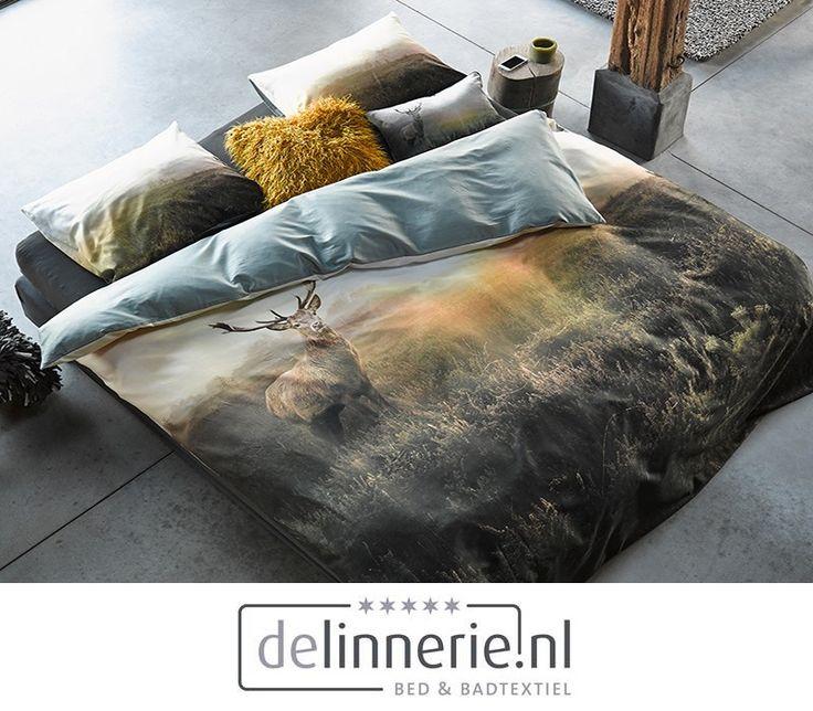 Het populaire Hugo dekbedovertrek van ESSENZA is terug van weggeweest! Op dit unieke dessin is een hert voor even gevangen in de lens van de fotograaf. Een prachtig verstild plaatje met de opkomende zon op de achtergrond. Dit dessin brengt de serene rust van de natuur naar de slaapkamer. De achterzijde van het dekbed is zeegroen. #hugo #dekbedovertrek #bedding #groen #green #sleeping