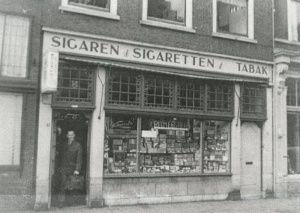 Delft, Wijnhaven 10. Sigaren- en sigarettenhandel Chr. Wilmer.