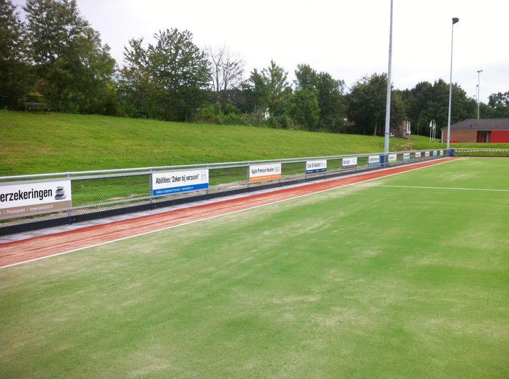De borden zijn keurig verdeeld over het veld. De open ruimtes kunnen zeer eenvoudig opgevuld worden, zonder de rails te hoeven verwijderen. De aluminium reclame-ophangprofielen van SKWshop. Systeem PRO. http://www.skwshop.nl/hockey/reclame-ophangsysteem-pro