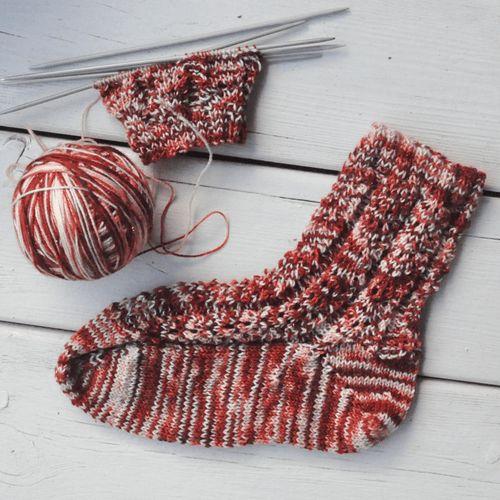 Bekijk hier het gratis #breipatroon voor deze #kerst geïnspireerde #sokken  #kerst #kerstmis #kerstsok #kerstsokken #breien #breipatronen #sokken #gratispatroon