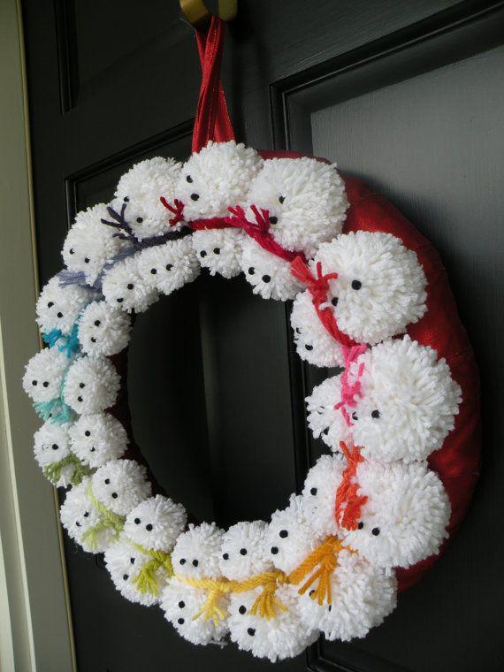 Dit item is op bestelling gemaakt.  Dit is de meest schattige krans ooit gemaakt! Vijftien pom pom sneeuwmannen met regenboog sjaals op een rood lint gewikkeld 18 basis. Rood lint aangesloten voor opknoping.  Krans is ongeveer 18 in diameter.