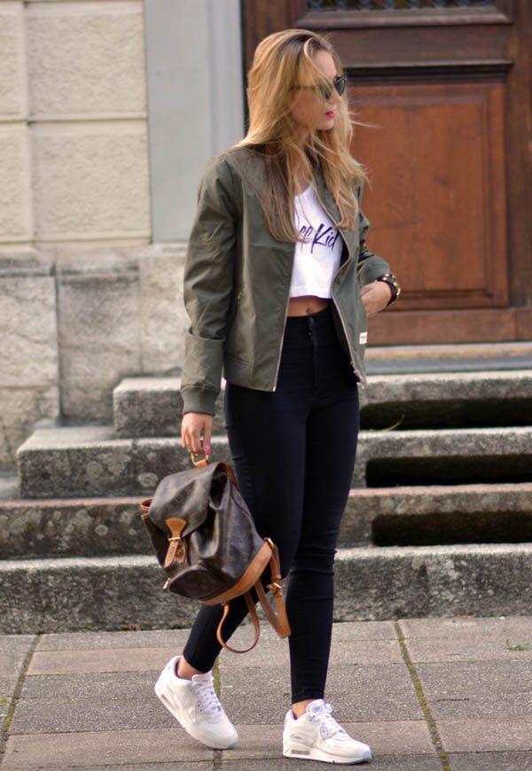 Calça preta cintura alta , cropped e uma blusa de frio leve , Look mega estiloso e confortável,  ótimo para quem faz faculdade , ou vai a um passeio ao shopping com as amigas por exemplo 《pinterest: @Lariifreitas 》