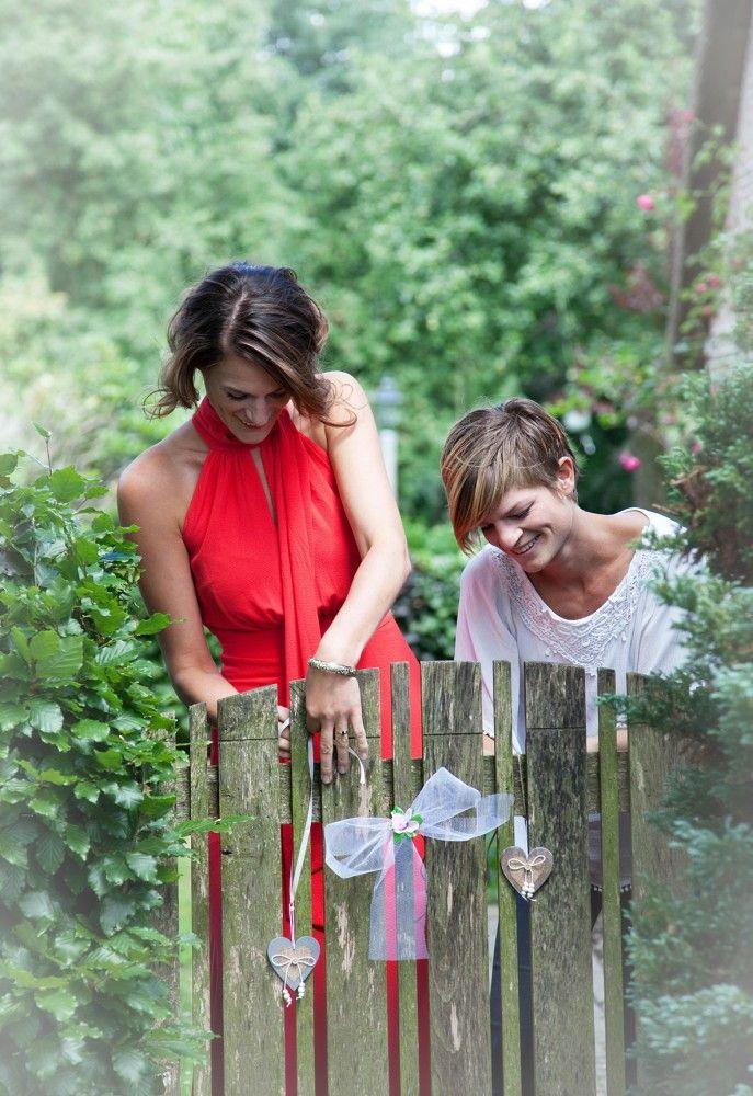 trouwen voorbereiding creatief reportage dochters rode jurk in de tuin