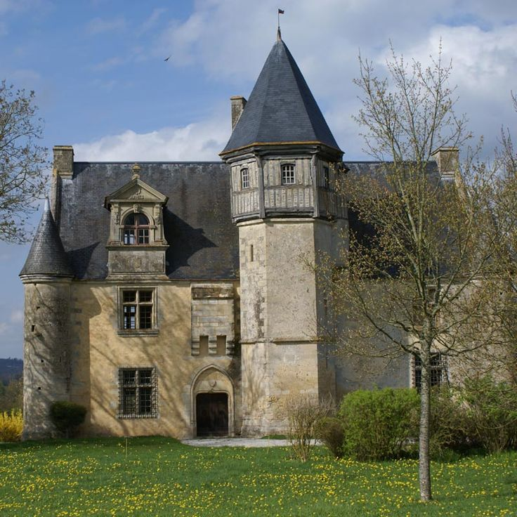 Caché au coeur de la Normandie, le Manoir d'Argentelles n'est pas des plus vastes mais n'en est pas moins interessant. L'environnement bucolique met en valeur ce logis flanqué d'une grande tourelle d'escalier coiffée d'une salle à pan de bois. Il a conservé son authenticité et on retrouve les grilles en fer, si fréquentes à la fin du Moyen age, qui protègent les fenêtres du rez-de-chaussée. Le manoir est ouvert à la visite à certaines périodes.