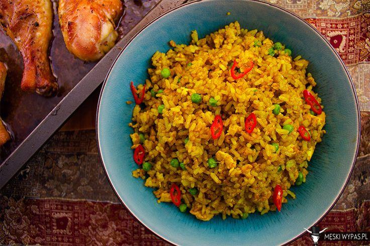 Smażony ryż z curry i groszkiem. Oto jedzenie obok którego nie da się przejść obojętnie! Zapach, smak, po prostu wszystko na duży plus. A do tego prosty w przygotowaniu. #przepis #obiad #wegetariański
