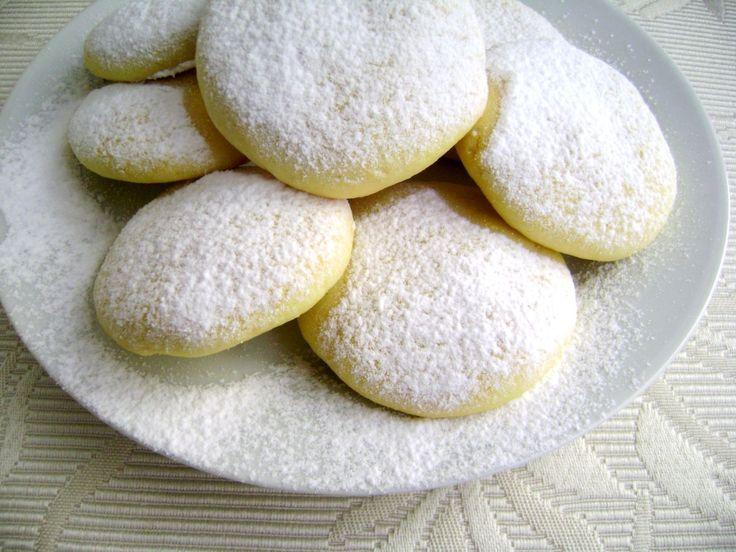 Dei biscotti morbidi ideali per il latte o per il te. Risultano leggeri per una merenda sana. Possono essere arricchiti con delle gocce di cioccolato o della scorza di limone.