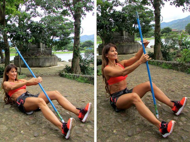 <ESCALANDO EL ÁRBOL> Inicia sentada en el suelo con el palo de escoba en el medio de tu cuerpo. Sube lentamente escalándolo, como si fuera un árbol, llegas arriba y bajas despacio usando la fuerza abdominal para controlar el movimiento. Realiza 3 series de 12 repeticiones. --> Beneficios: fortalecimiento abdominal y flexibilidad de la espina dorsal.