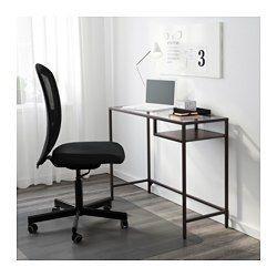 IKEA - VITTSJÖ, ラップトップテーブル, ブラックブラウン/ガラス, , 強化ガラスとスチールを使用。耐久性に優れた素材で、軽やかで広々とした印象を与えます収納部の棚板はブラックブラウンとブラックのリバーシブル。どちらかお好きな面を上にしてご使用くださいノートパソコン用の作業テーブル。パソコンの収納スペースも付いています。ちょっとしたスペースが機能的なワークスペースに変身します付属の接着シール付きケーブルクリップで、コード類を目立たないよう、すっきりまとめて配線できます足の長さを微調整できるので、平らでない場所でも安定します