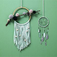 Een originele dromenvanger met veren of een met pompoms op een tak en slierten van Hoooked zpaggeti. Maak het met pipoos!
