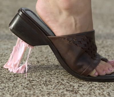 Jak odstranit žvýkačku z bot, vlasů i oblečení