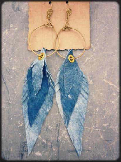 espiritu del viento, aro de bronce con pluma de cuero blue jean  cuero,latón,remachadora hecho a  mano,remachadora