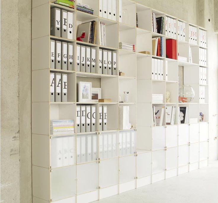 Wo neben der optimalen Nutzung des Platzangebots Gestaltungsvielfalt und klares Design gefragt sind, gibt das regalsystem-rio mit seinem modularen Konzept und fein abgestimmten Linien die schlüssigen Antworten.