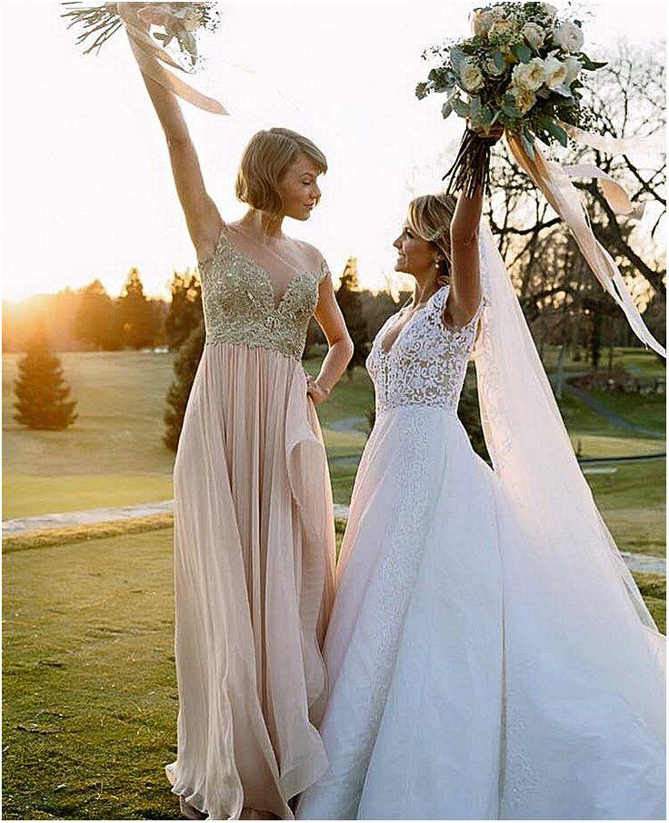 Taylor Swift, demoiselle d'honneur au mùariage de son amie d'enfance il y a quelques jours.